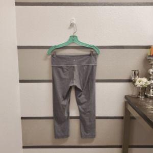 Lululemon Pants - Lululemon Wunder Under Cropped Leggings. Size 8.